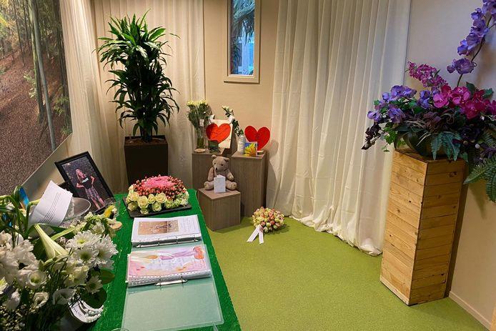 De gedenkplaats voor Lotte in haar school. Veel medeleerlingen lieten berichten, tekeningen en bloemen achter voor Lotte en haar familie. De ouders stelden deze foto voor publicatie beschikbaar.