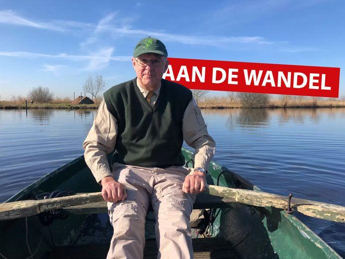 Bioloog en gids John van der Willik op weg naar het natuurgebied Hanepoel.