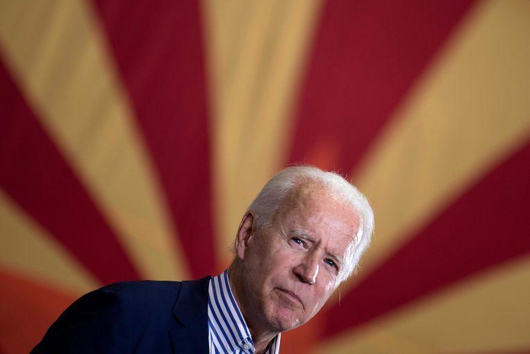 Joe Biden, met in de achtergrond de vlag van de staat Arizona. Martin Wolf ('Financial Times'): 'President Biden zal Europa vragen: wat is jullie China-beleid nu eigenlijk?' Beeld AFP