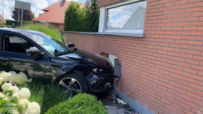 "Auto knalt tegen woning na botsing op kruispunt: ""Normaal speelt mijn kleindochtertje net op die plek"""