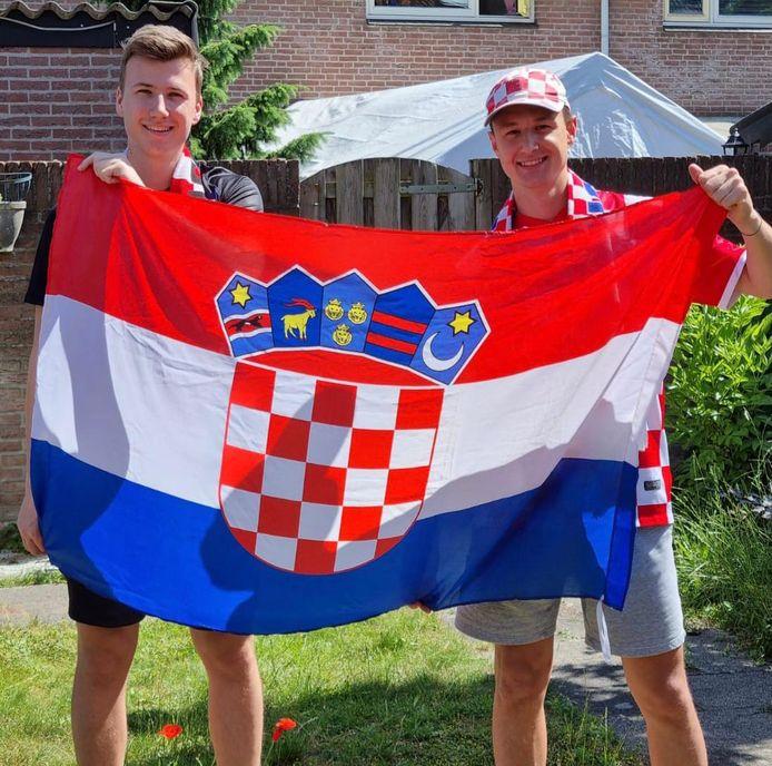 Mirko (r) en zijn broer met de Kroatische vlag.