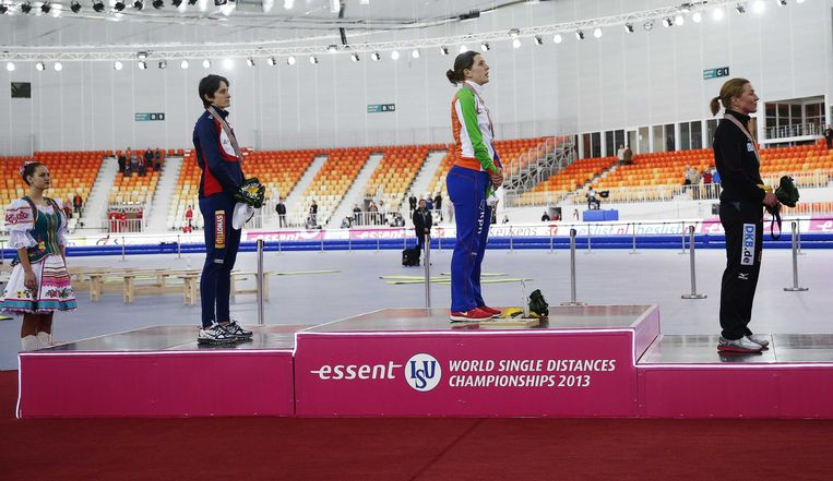 2013-03-21 SOTSJI - (VLNR) Martina Sablikova uit Tjechie, Ireen Wust en Claudia Pechstein uit Duitsland op het podium tijdens de prijsuitreiking van de 3000 meter op het WK Afstanden in de Adler Arena in Sotsji. ANP JERRY LAMPEN Beeld ANP
