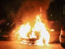 Politie onderzoekt meerdere autobranden Hoogeveen, brandstichters vastgelegd op camera