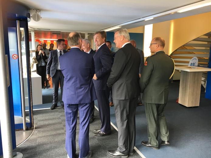 Koning Willem-Alexander neemt afscheid na een twee uur durend bezoek aan Deventer.