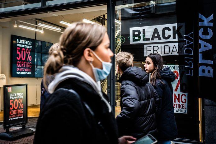 Winkeliers adverteren met Black Friday in Arnhem.