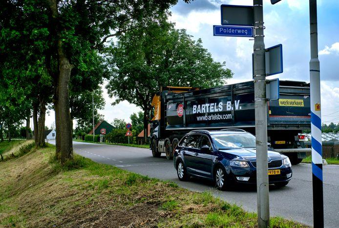 Een vrachtwagen van Bartels hier op de Blaaksedijk.