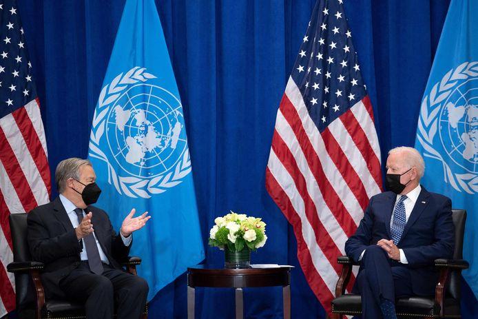 Secretaris-generaal van de Verenigde Naties Antonio Guterres in gesprek met de Amerikaanse president Joe Biden (rechts).