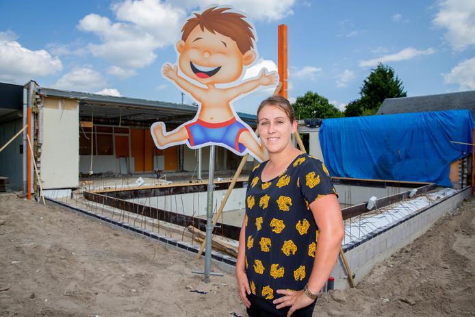 Portret Olga van Nuland met haar eigen zwembad De Gelderlander DG FOTO Maas en Waal