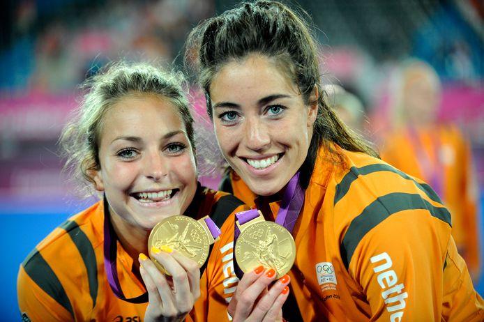 Eva de Goede (links) en Naomi van As met de gouden medaille van de Olympische Spelen in 2012.