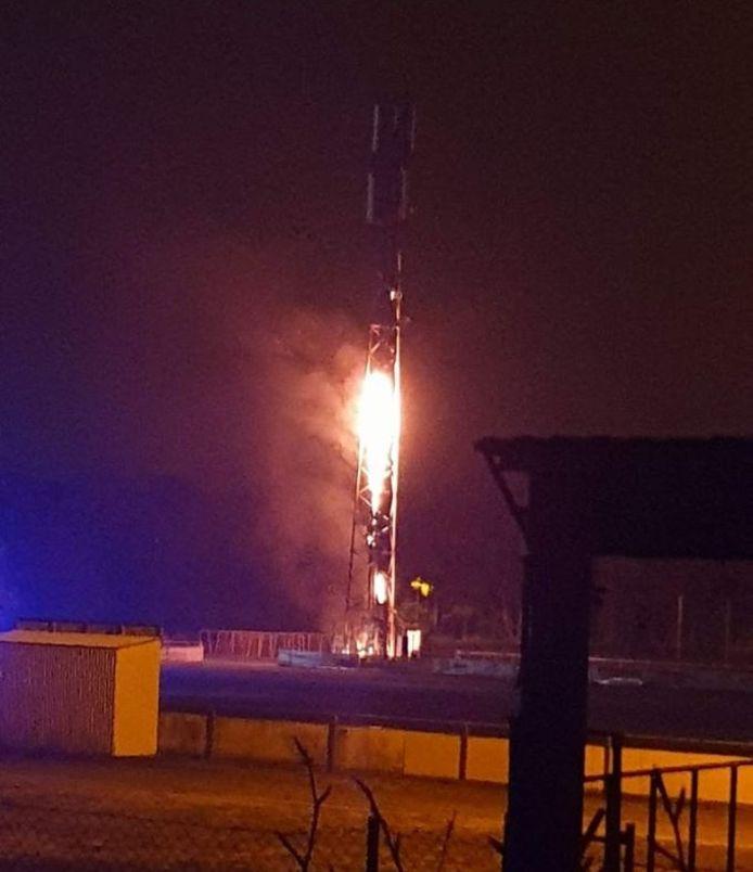 De gsm-mast in het Limburgse Pelt die zaterdagavond in brand werd gestoken, was niet met 5G-technologie uitgerust. Toch wijzen gelijkaardige brandstichtingen in het buitenland in de richting van anti-5G-activisten die volgens experts de bal grondig misslaan.