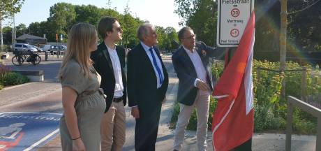 Stad Antwerpen plaatst sensibiliseringsborden in fietsstraten: schepen Koen Kennis onthult eerste bord in Merksem