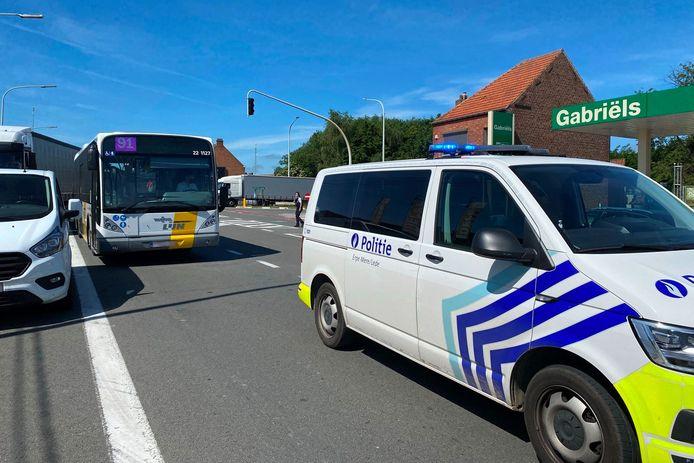Een vrachtwagen reed bij het verlaten van de E40 in Erpe-Mere in op bus 91 van De Lijn.