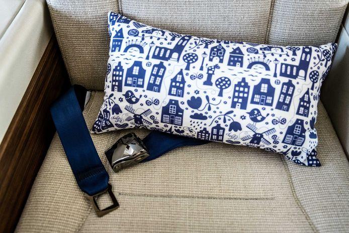 In de stoelen liggen comfortabele kussens met typisch Hollandse symbolen als tulpen, molens en grachtenpandjes.