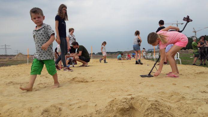 Kinderen mochten met metaaldetectors graven naar munten en haaientanden tijdens de eerste open dag op Laarakker in Haps.
