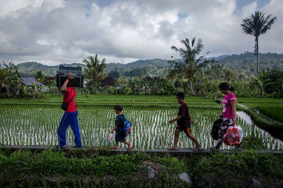Een familie neemt zo veel mogelijk persoonlijke spullen mee op weg naar het evacuatiecentrum