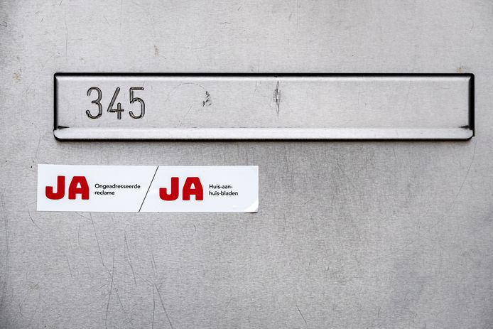 Een brievenbus met een Ja/Ja sticker