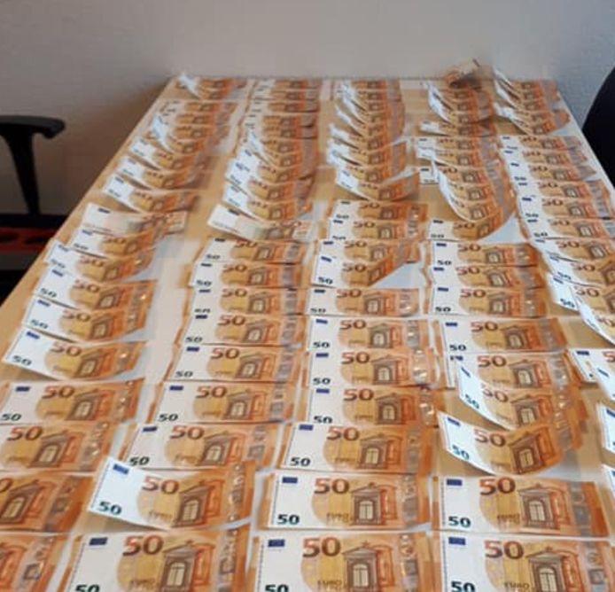 In totaal vond de politie bijna 15.000 euro bij de twee mannen.