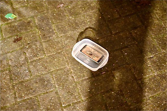 Het was voldoende om de telefoon in een bakje water af te koelen.