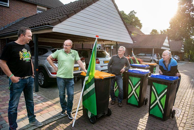 Buurmannen in Winterswijk, hun kliko's te herkennen aan de de groene vlaggen.  Uiterst links René Maas, naast hem Mark Peters. Beeld Koen Verheijden
