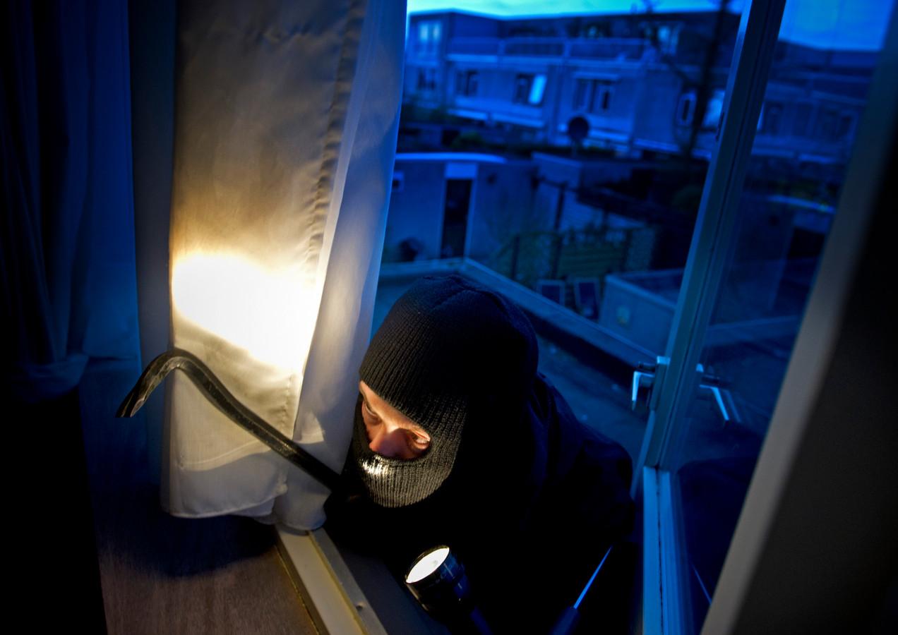 Om niet op te vallen kwam een Eindhovense inbreker altijd via de eerste etage binnen. Ook sloeg hij enkel in het begin van de avond toe.