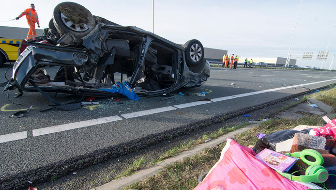 Door de botsing sloeg de auto over de kop op de A2.