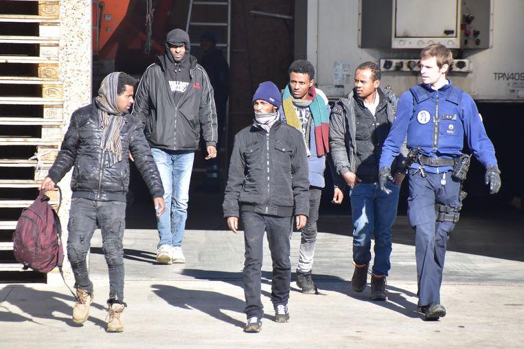 De vijf illegalen, vlak nadat ze door de politie uit de oplegger werden gehaald. De lichaamstaal van de man links verraadt dan al dat hij niet van plan is mee te gaan met de politie.