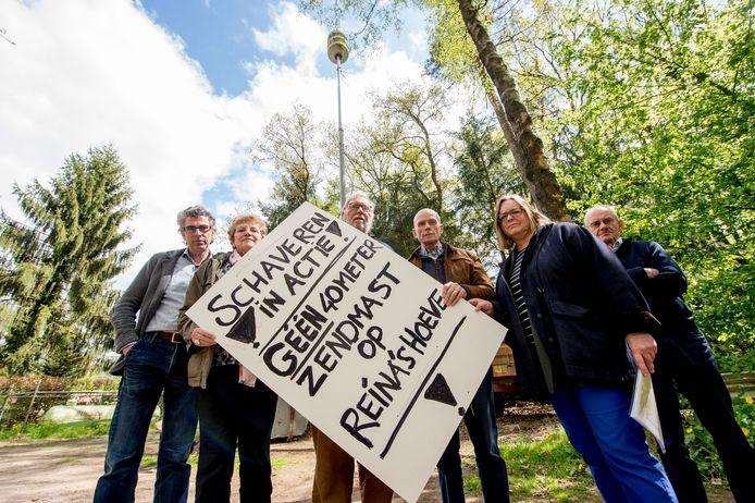 Actiecomite dat zich verzet tegen de komst van de zendmast aan de Schaverenseveldweg.