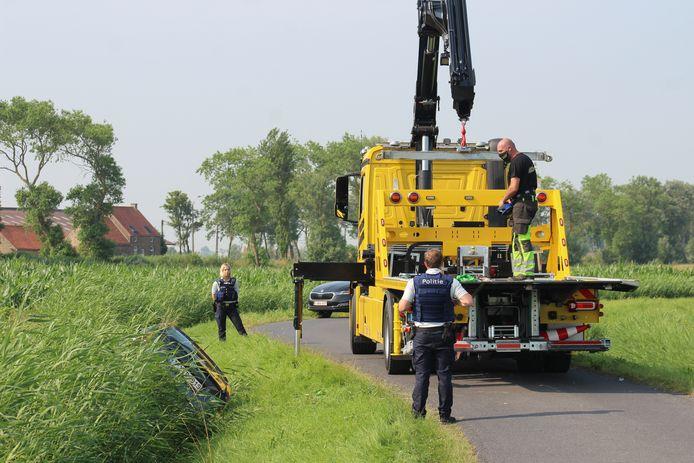 Depannage Degrave kwam het voertuig uit het maïsveld takelen in de Wateringstraat in Slijpe. Op dit beeld is het voertuig reeds wat versleept.