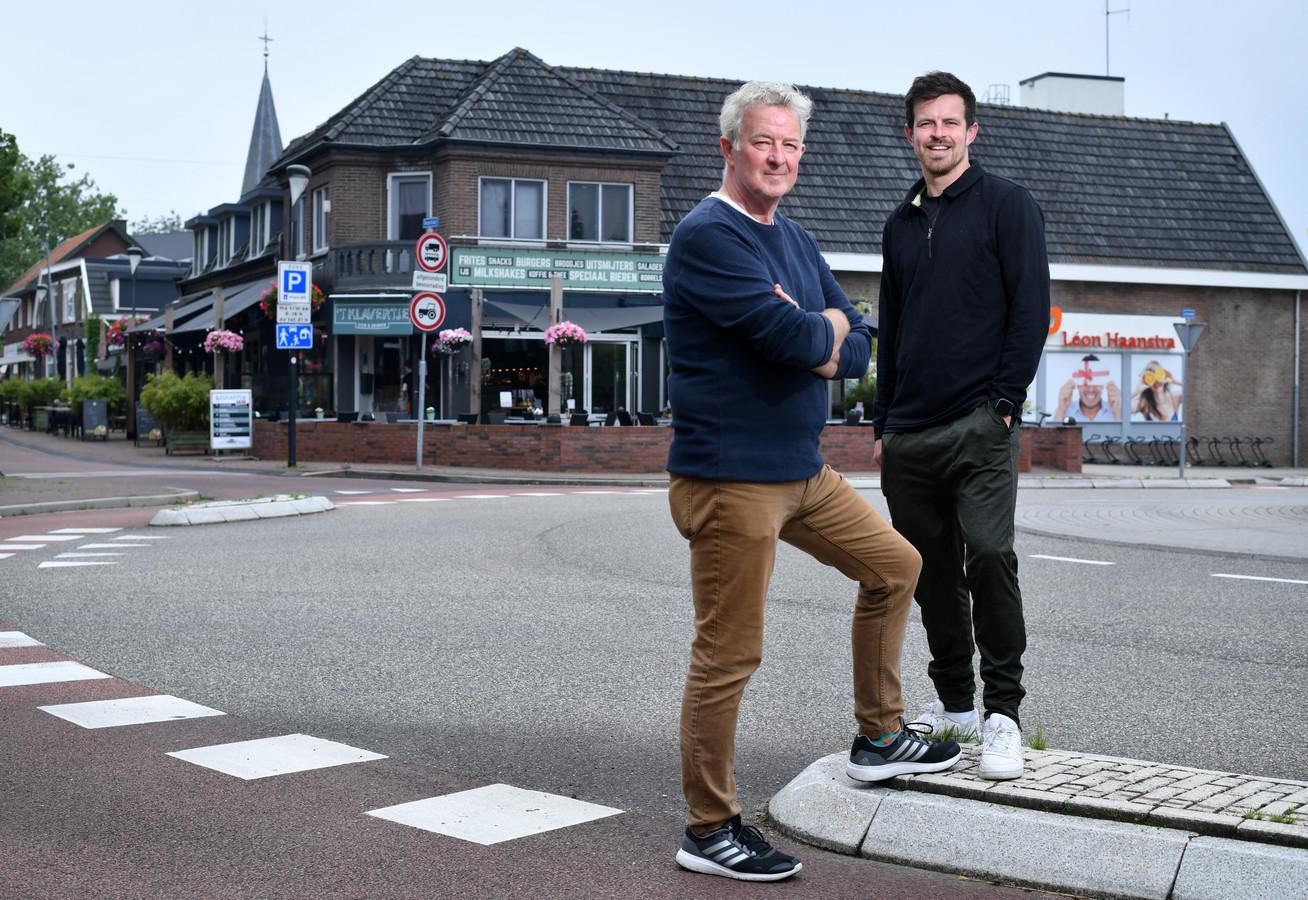 Jos Kamphuis en zijn zoon Jordy voor hun cafetaria 't Klavertje in Holten. De gemeente Rijssen-Holten wint voor de derde keer de verkiezing Meest MKB-vriendelijke gemeente van Nederland.
