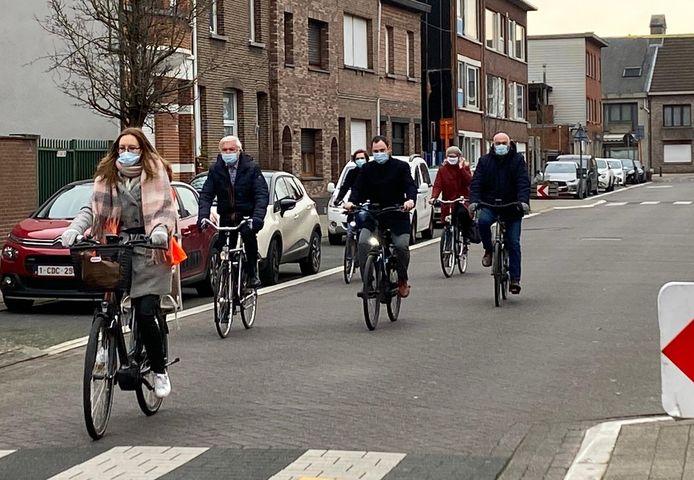 Een aantal leden van CD&V fietsen langs de Sint-Lutgardisschool in de Peperstraat, met onder meer burgemeester Rob Mennes (tweede van links) en Philip Lemal.