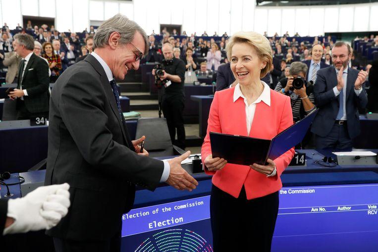 Ursula von der Leyen krijgt felicitaties van parlementsvoorzitter David Sassoli. Haar nieuwe Commissie wacht een strijd op vele fronten. Beeld AP