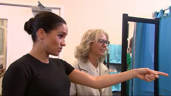 Meghan Markle geeft modeadvies tijdens haar bezoek aan een organisatie voor kwetsbare vrouwen.