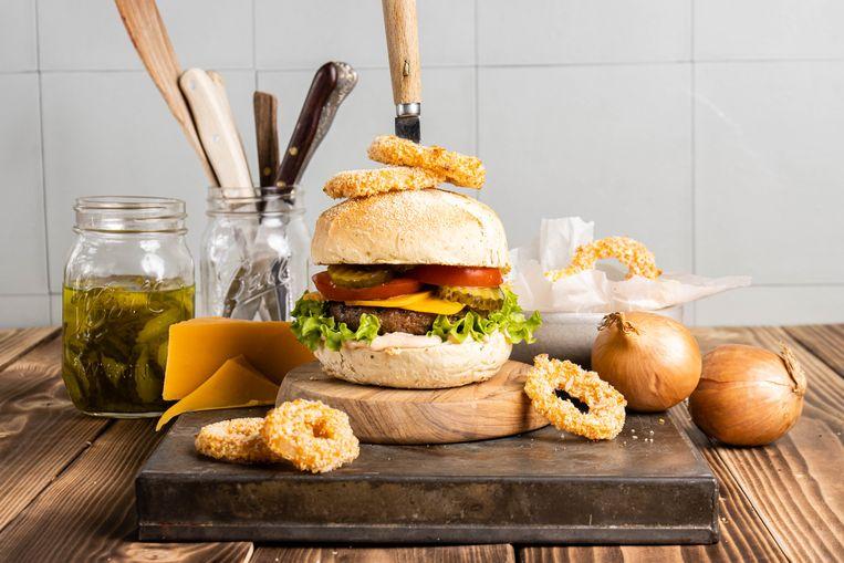 Cheeseburger met uienringen en burgersaus Beeld
