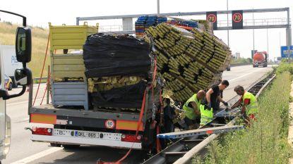 VIDEO. Vrachtwagen verliest deel van lading stellingonderdelen in Beverentunnel