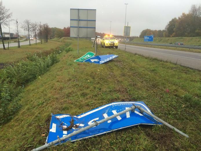 Het verkeersbord raakte flink beschadigd.