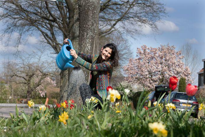 Jenny van Gestel aan de Rijnzichtlaan in Bunnik, waar buurtbewoners de middenberm hebben opgefleurd met bloemen.