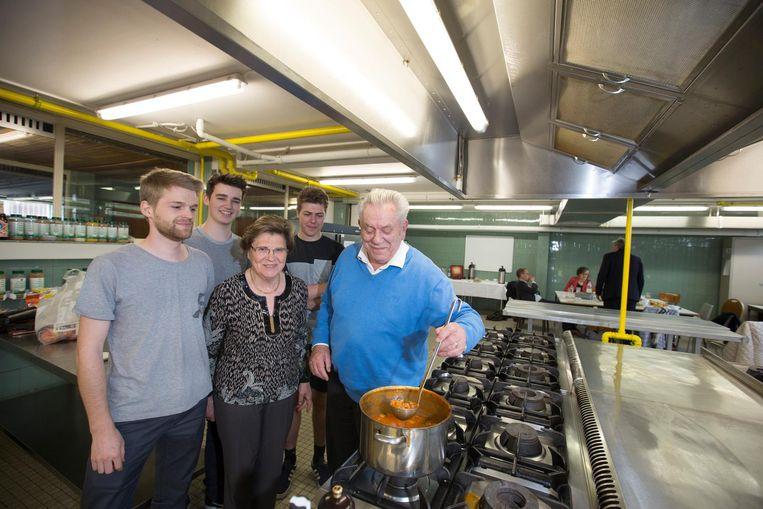 Koks Pierre Bijnens en Maria Lenaerts met studenten Sander, Tibeau en Tom.