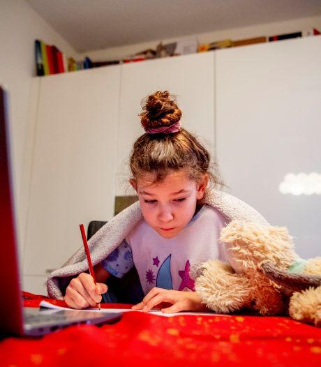 Leerlingen lopen grote achterstanden op door thuiswerken: 'Met één computer voor het hele gezin red je het écht niet'