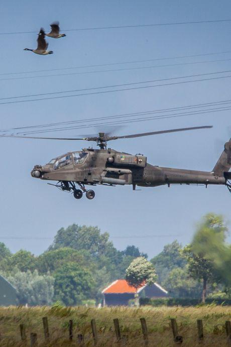 Spectaculaire beelden: Apache-helikopters vliegen luttele meters boven de Binnenmaas