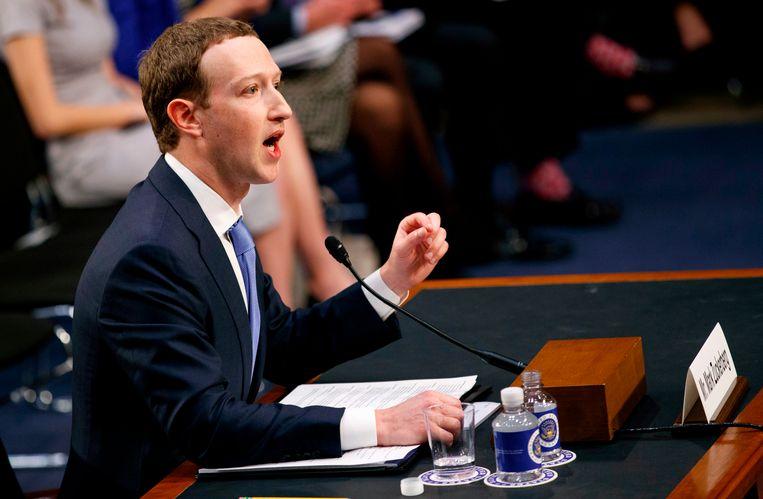 Mark Zuckerberg, de oprichter van Facebook geeft tekst en uitleg over zijn sociale netwerk aan de Amerikaanse Senaat. Beeld AP