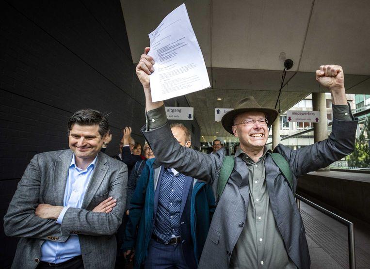 Advocaat Roger Cox (links) en Donald Pols, directeur van Milieudefensie, vlak na het vonnis. Beeld EPA