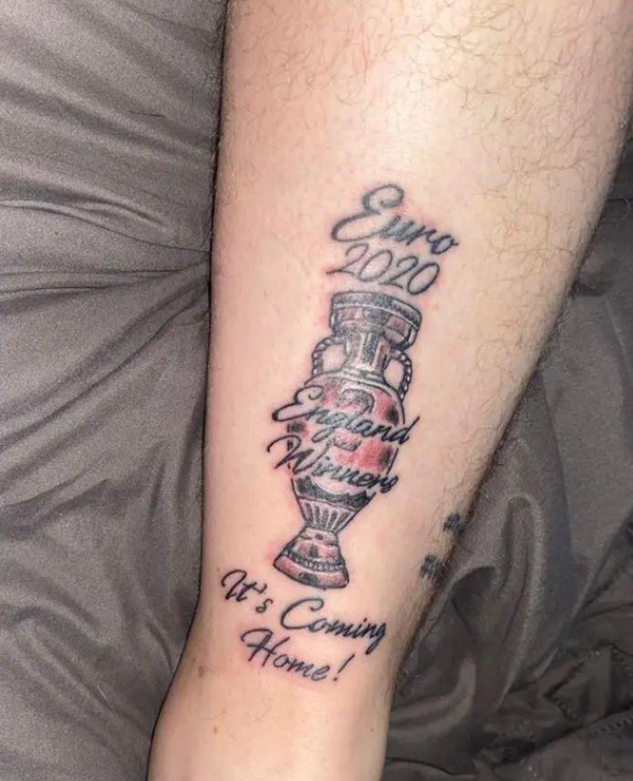 """De tattoo van een Engelse fan: """"England winners""""."""