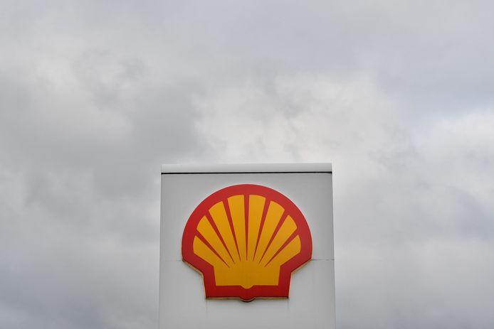 Logo du géant de l'énergie Royal Dutch Shell dans une station-service à Londres.