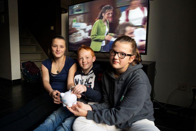 Amber, Mathis en Luna sparen voor de DVD-box.