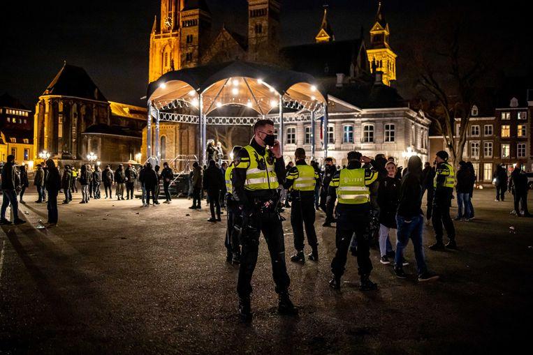 Politie en supporters van voetbalclub MVV op het Vrijthof. Beeld EPA