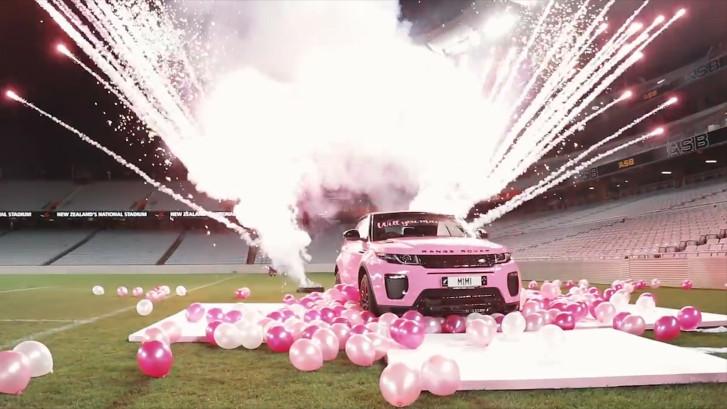 Huwelijksaanzoek: roze Range Rover, helikopter en vuurwerk