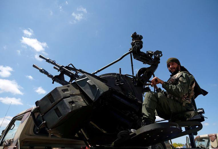 Een soldaat van het Libische leger onder leiding van Khalifa Haftar is op weg naar Tripoli.  Beeld REUTERS