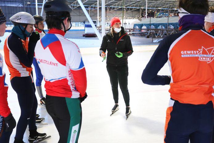 Annamarie Thomas (midden) traint de selectiegroep op de schaatsbaan in Breda.