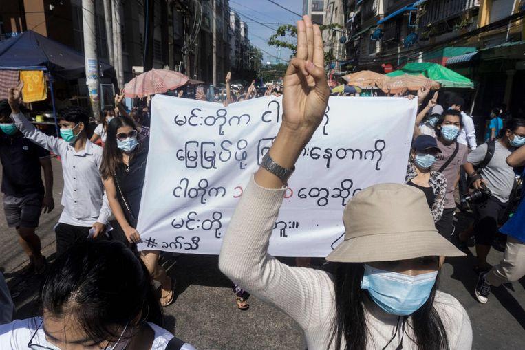 Mensen demonstreren tegen de militaire coup in Yangon, Myanmar. Beeld AFP