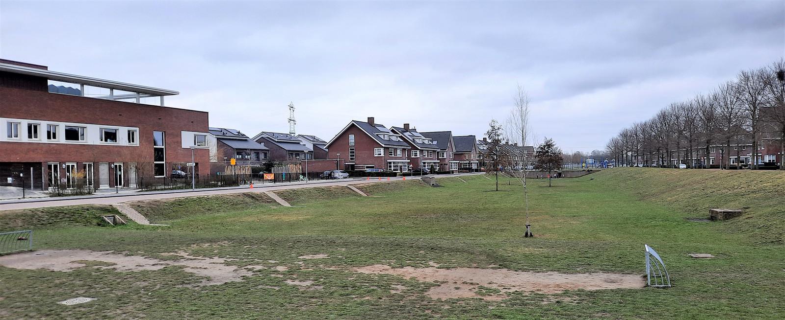 De wadi naast kindcentrum De Hoven in de Groote Wielen is een plek waar mogelijk een kunstgrassportveld  komt.